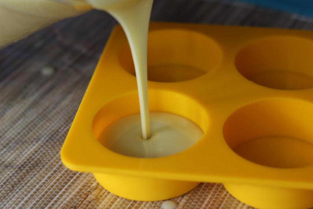 Fabrication de savon en 6 étapes verser dans les moules